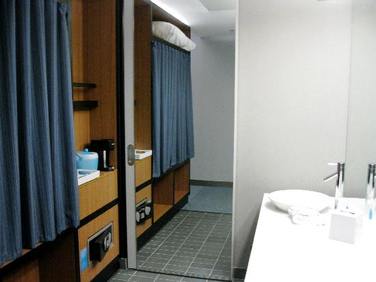 aloft Chesapeake : The Bathroom, with the Sliding Door to the Shower Area Closed