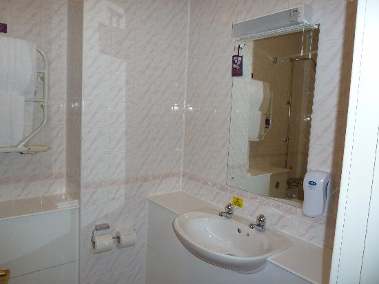 Premier Inn Cardiff (Roath) Hotel: bathroom