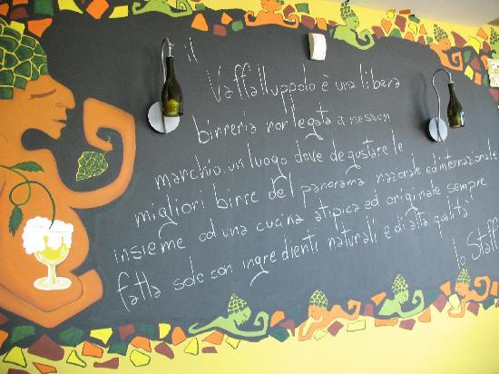 Vaffalluppolo Birroteca Gastronomica: Le lavagne del Vaff alla luce del sole... una rarità