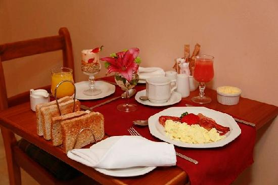 Spring Tide Inn: Breakfast table