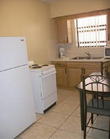 Sails Resort and Apartment Motel: Kitchens in 1 bedroom apartment