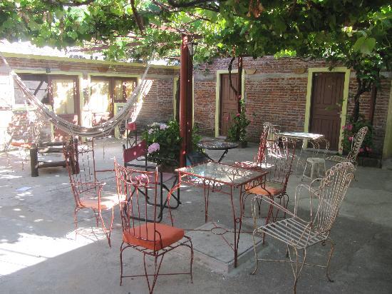 Hostel Ibirapita: Rooms around the patio