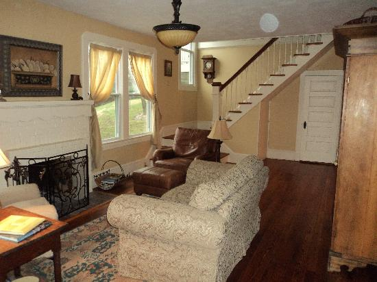 Brugh's Inn of Salem: Charming living room