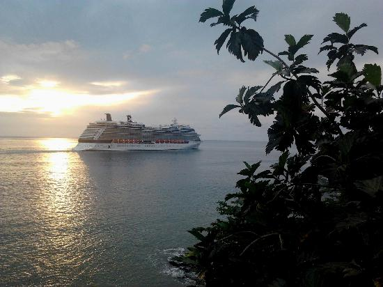 Casa del Vega: View from the terrasse of cruise ship leaving Castries harbour