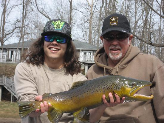 ‪‪Mar-Mar Resort & Tackle Shop‬: Big Phil with son and a nice Brown Trout‬