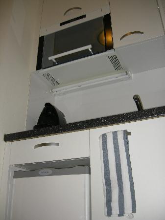Astor Hotel & Serviced Apartments: la cucina in stanza
