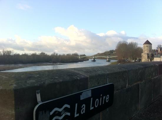 Mercure Nevers Pont de Loire : Pont proche de l'hôtel
