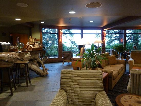 Wickaninnish Inn and The Pointe Restaurant: The Driftwood Lounge in the Beach building