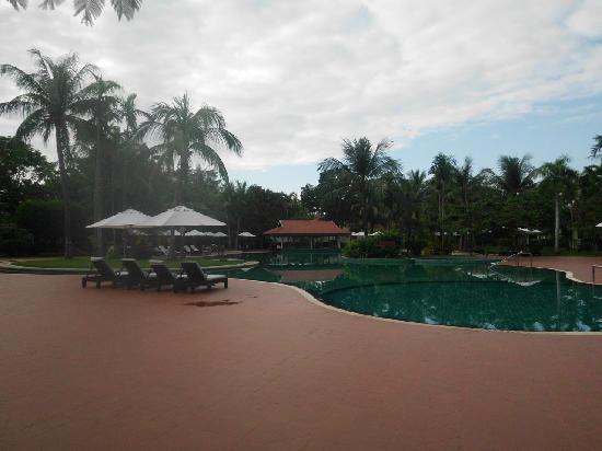 Sofitel Angkor Phokeethra Golf and Spa Resort: pool area