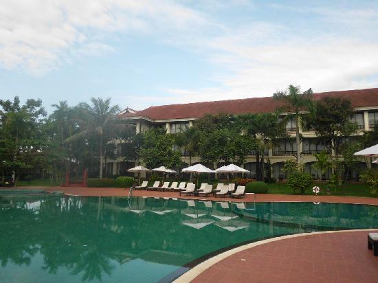 Sofitel Angkor Phokeethra Golf and Spa Resort: part of the pool
