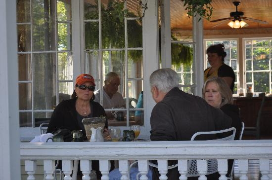 Holbrook House: Enjoying a wonderful breakfast on the front porch