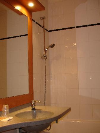 Hotel de l'Europe : mezzo bagno con lavandino e doccia