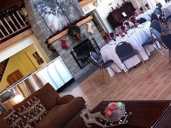 Timber House Resort: Chill out in the big room.  Or have your next party or reunion here!