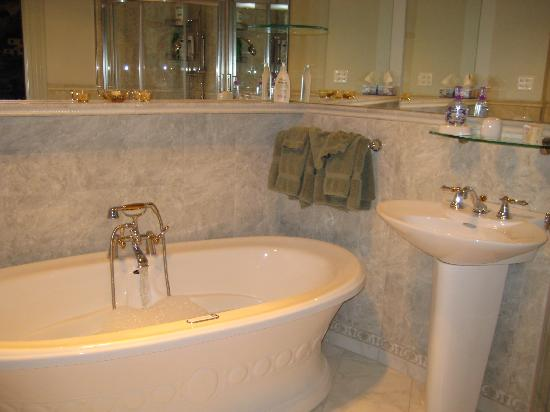 Beechmount Bed and Breakfast: Our beautiful bathroom