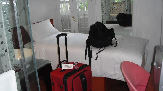 Hotel 1929: room barely big enough for me and luggage