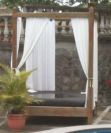 Hotel Desire Costa Rica : Daybed with rain water