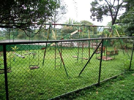 Hotel Desire Costa Rica: Rusted swing set