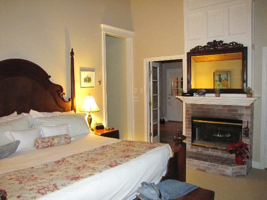 Cliffside Inn: Cliff Suite bedroom with Van Gogh