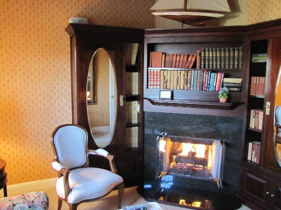 Cliffside Inn: Cliff Suite library