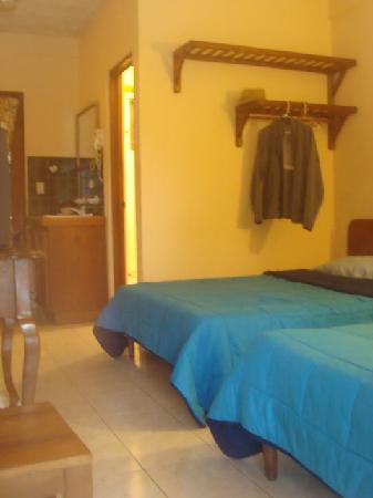 Hotel Las Tres Banderas : Open closet above bed