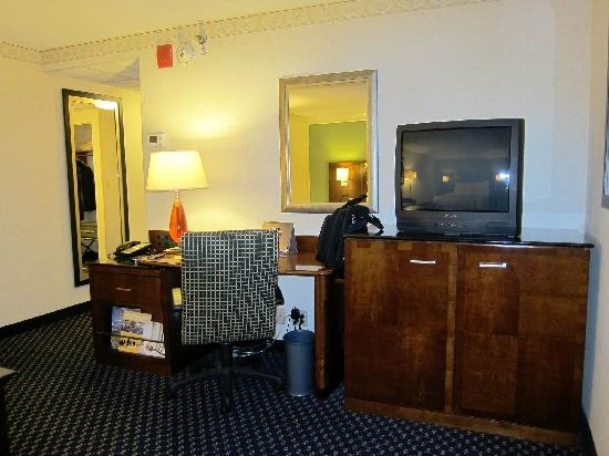 Ann Arbor Marriott Ypsilanti at Eagle Crest: Desk area nicely set-up.  Note the old fashion tube type TV, how nostalgic!!  (I don't watch TV
