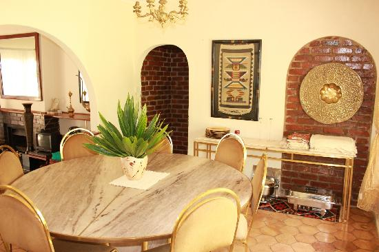 Sunshine Guest House: dining room