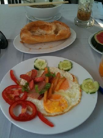 Saigon Mini Hotel 5: Beeakfast: Fresh bread, eggs, fruit and drinks