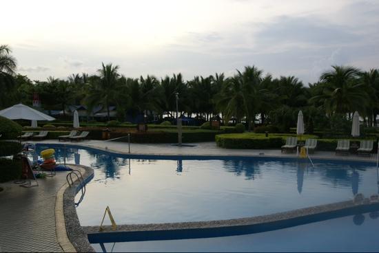 Landscape Beach Hotel Sanya: Июль 2011. Вечер вид на басейн