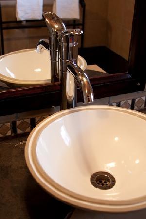 Impangele B and B & Self Catering Cottage: Lepard Shower room