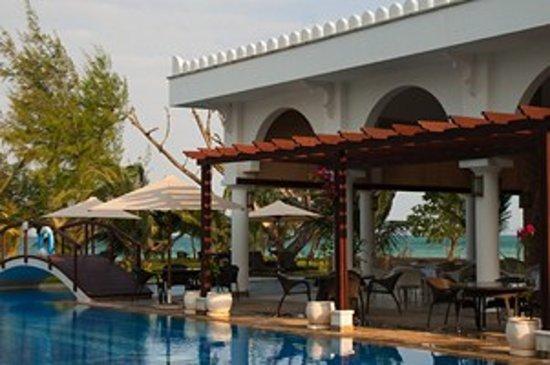 Le Cafe at Lantana Galu Beach: View through Le Cafe to the ocean.
