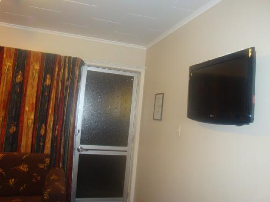 Best Western Braeside Rotorua: Living room and Door from when you enter this suite