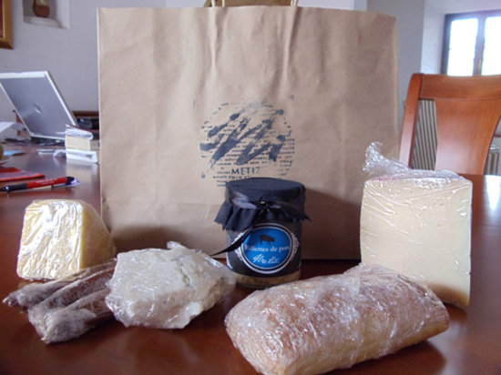 Metiz gastronomia francesa: Our bag of food we took home from the Deli