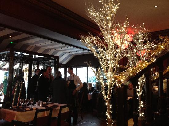 Xmas decor picture of cafe madeleine paris tripadvisor for Madeleine decoration