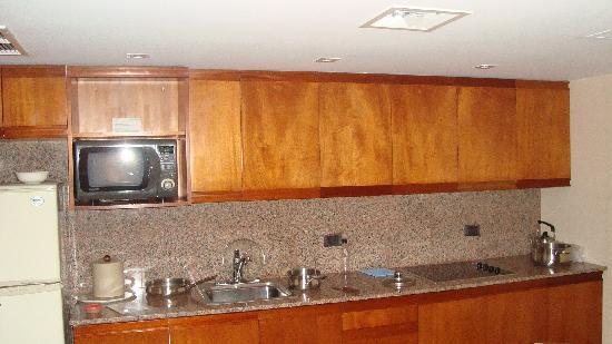 Los Tallanes Hotel & Suites: kitchen