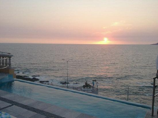 Casa Lucila Boutique Hotel: Sunset on the bay iin Old Mazatlan.