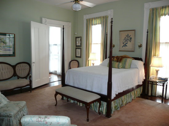 Zero Water Street Bed and Breakfast: Family Antiques and Heirlooms