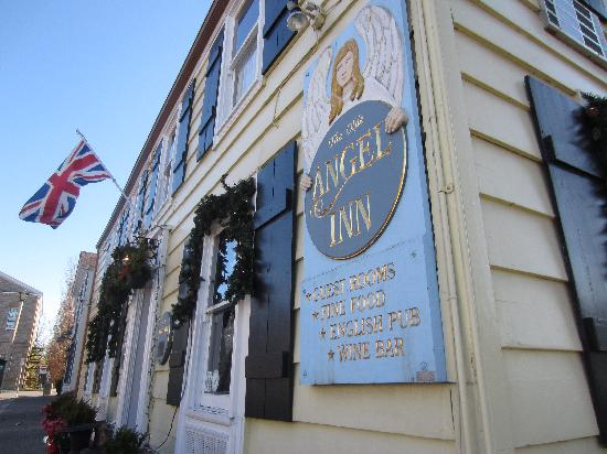 Redwood Garden Bed & Breakfast: The oldest pub in Ontario steps from our door