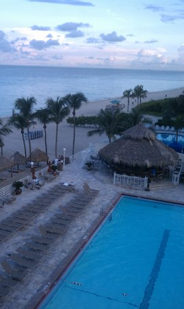 Newport Beachside Hotel and Resort: Pool view from balcony