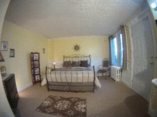 Blue Gables Bed & Breakfast: Victorian Room, Queen bed w/ ensuite bathroom