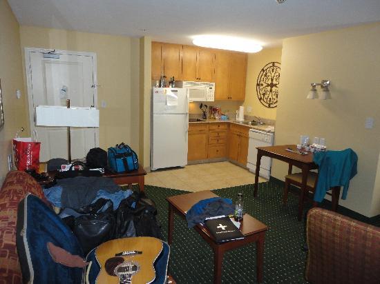 Residence Inn Fayetteville Cross Creek : Living area & kitchenette
