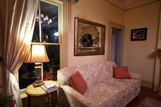 Bayfront Westcott House Bed & Breakfast: Cozy evenings in the softly lit parlor