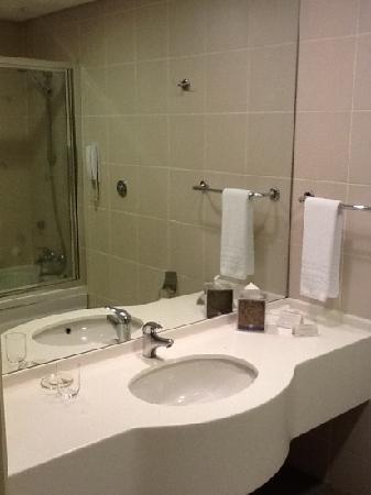 TAV Airport Hotel: bathroom