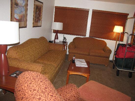 456 Embarcadero Inn & Suites: Living Room in Family Suite
