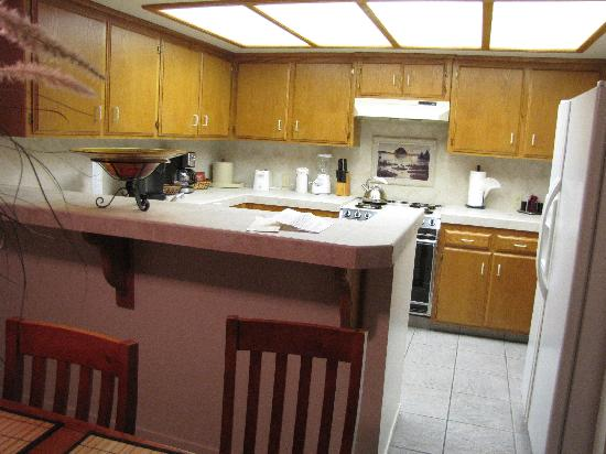 456 Embarcadero Inn & Suites: Kitchen in Family Suite