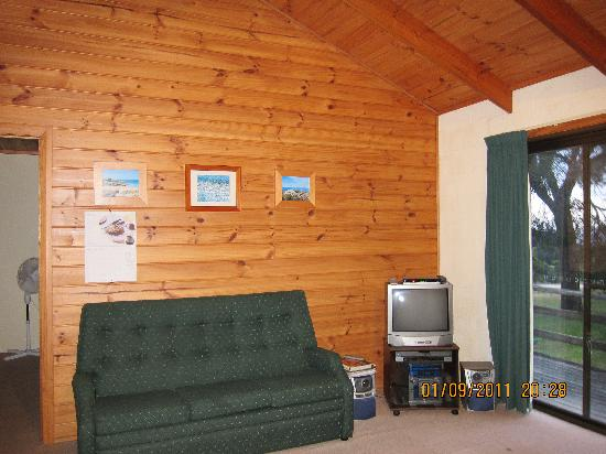 Yaringa Holiday Cottages: living room