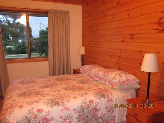 Yaringa Holiday Cottages: one of the bedroom