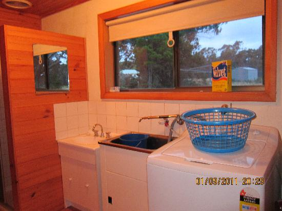 Yaringa Holiday Cottages: washing machine,bathroom and toilet!