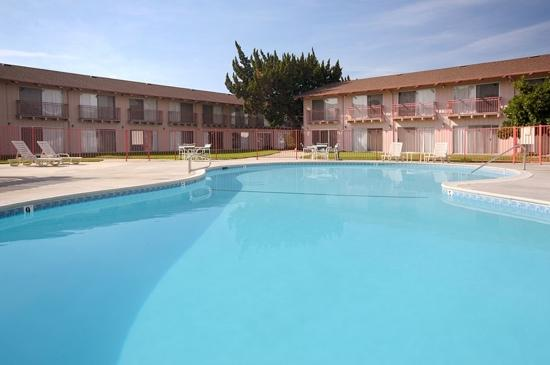 Days Inn Modesto : courtyard and pool