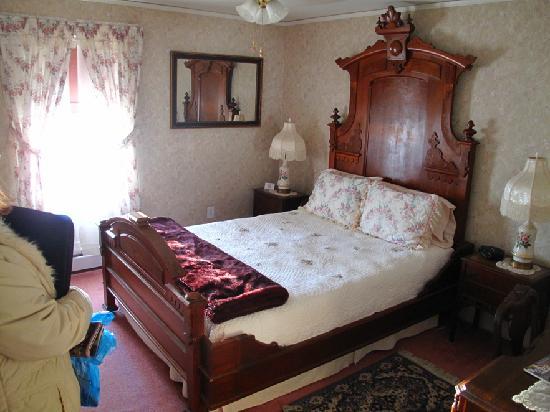 Maple Springs Lake Side Inn: Our Bedroom - The Blue Room