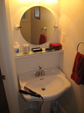 Maple Springs Lake Side Inn: Our Spotless Bathroom (No Rust!)